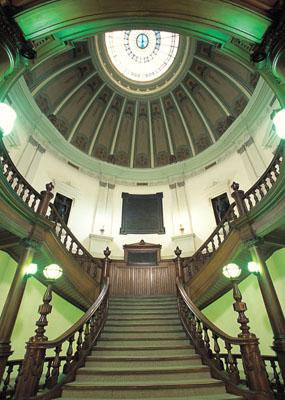 中央ホール階段とドーム
